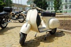 Vieux scooter de blanc de cru Photos libres de droits