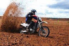 Moto campo a través que conduce en suciedad. Fotografía de archivo libre de regalías