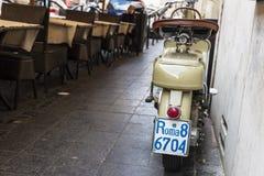 Moto clásica delante de una barra del restaurante en Roma, Italia Imágenes de archivo libres de regalías
