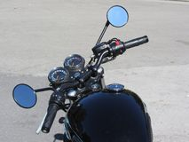 Moto classique se tenant sur la route images stock