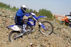 Moto cyklist som kör endurocykeln Arkivfoto