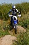 Moto cyklist som kör endurocykeln Arkivbild