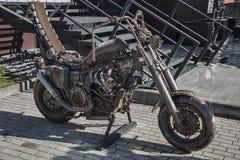 Moto décorative, handcrafted fait du métal près de l'entrée au restaurant au centre de la ville Photo stock