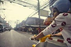 Moto d'équitation de jeune femme en ville Photo libre de droits