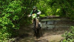 Moto d'Enduro dans la boue avec une grande éclaboussure Image libre de droits