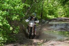 Moto d'Enduro dans la boue avec une grande éclaboussure Images libres de droits