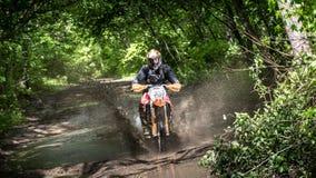 Moto d'Enduro dans la boue avec une grande éclaboussure Photos stock