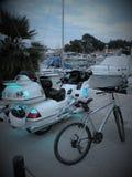 Moto d'isolement Moteur lourd, une moto avec les lumières ouvertes, par la Mer Adriatique sur un pilier rocheux et carrelé au por photo libre de droits