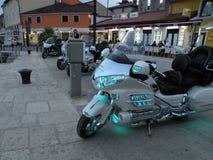 Moto d'isolement Moteur lourd, une moto avec les lumières ouvertes, par la Mer Adriatique sur un pilier rocheux et carrelé au por photos libres de droits