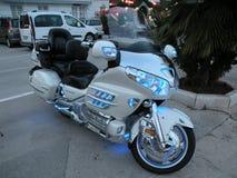 Moto d'isolement Moteur lourd, une moto avec les lumières ouvertes, par la Mer Adriatique sur un pilier rocheux et carrelé au por images libres de droits