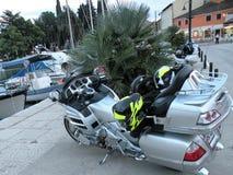 Moto d'isolement Moteur lourd, une moto avec les lumières ouvertes, par la Mer Adriatique sur un pilier rocheux et carrelé au por photographie stock