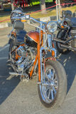 Moto dans le style d'Américain sur le stationnement Image libre de droits