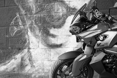 Moto de BMW de sport photographiée dehors Images libres de droits
