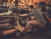 Moto de café-coureur de style de vintage de bâtiment de mécanicien images libres de droits