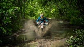 Moto de Enduro na lama com um respingo grande Fotos de Stock