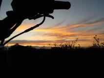 Moto de lever de soleil de motorider de cavalier images libres de droits