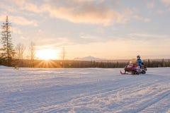 Moto de nieve del montar a caballo de la mujer Fotos de archivo