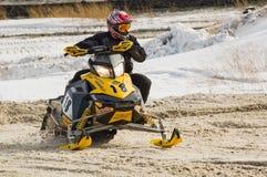 Moto de nieve en la curva de la pista del deporte Fotos de archivo