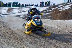 Moto de nieve en la curva de la pista del deporte Foto de archivo