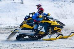 Moto de nieve en la curva de la pista del deporte Imagen de archivo
