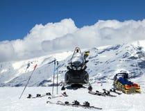 Moto de nieve en montañas Fotografía de archivo