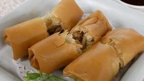 Moto degli aperitivi del rotolo di molla sulla tavola dentro il ristorante cinese archivi video