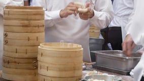 Moto degli gnocchi mading della gente dentro il ristorante cinese video d archivio