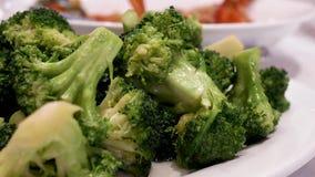 Moto dei broccoli sauteed con vapore video d archivio