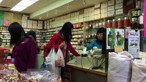 Moto dei clienti che pagano la carta di credito per comprare medicina stock footage