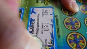 Moto del biglietto di lotteria di scratch della donna alla sezione di indennità stock footage