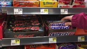 Moto del cioccolato delle risatine di acquisto della donna dentro l'ipermercato archivi video