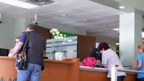 Moto del cliente che fa domanda riguardo al conto bancario di apertura al contatore di consiglio e di aiuto video d archivio