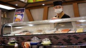 Moto del cuoco unico che prepara alimento alla barra di sushi stock footage