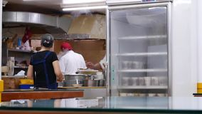 Moto del cuoco unico che prepara alimento per il cliente con vapore pesante stock footage