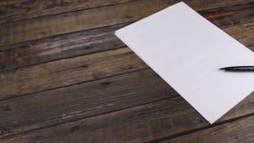 Moto del cursore, una penna che si trova su un foglio bianco, con un posto per il vostro testo video d archivio