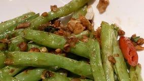 Moto del fagiolino sulla tavola dentro il ristorante cinese stock footage