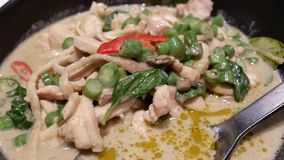 Moto del pollo verde del curry con vapore sulla tavola archivi video