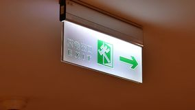 Moto del segno dell'uscita di sicurezza sul soffitto dentro il centro commerciale video d archivio