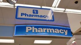 Moto del segno della farmacia dentro il deposito di droghe di Londra video d archivio