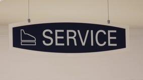 Moto del segno di servizio che appende sul tetto archivi video