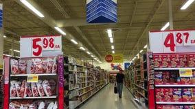 Moto dell'alimento d'acquisto della gente dentro l'ipermercato stock footage
