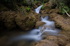 Moto della cascata in piccolo corso d'acqua fotografia stock libera da diritti