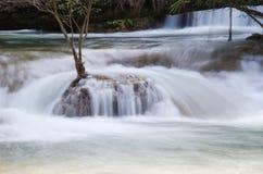 Moto della cascata in piccolo corso d'acqua immagini stock