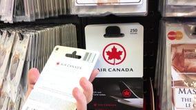 Moto della donna che seleziona due venticinque dollari di Air Canada di carta di regalo video d archivio