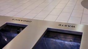 Moto della gente che cammina tramite il bidone della spazzatura dentro il centro commerciale video d archivio