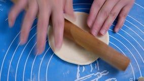 Moto della gente che impasta la pasta e che la modella con le loro mani per cuocere a vapore panino a casa video d archivio