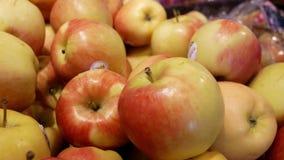 Moto della mano del ` s della donna che seleziona la mela organica dell'ambrosia stock footage
