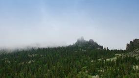 Moto della nebbia sopra montagne video d archivio