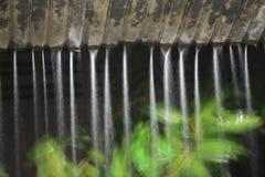Moto della pioggia dell'acqua dal tetto alla notte Fotografia Stock