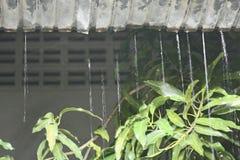 Moto della pioggia dell'acqua dal tetto alla notte Fotografia Stock Libera da Diritti